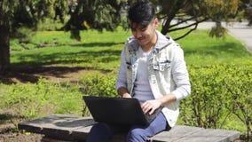 De Aziatische mens heeft een idee terwijl het werken aan laptop stock footage