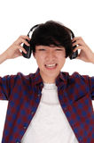 De Aziatische mens luistert aan muziek Stock Afbeelding
