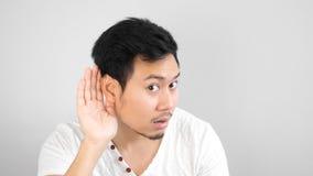 De Aziatische mens luistert zorgvuldig aan iets royalty-vrije stock foto's