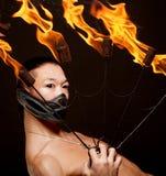De Aziatische mens met brand toont stock afbeelding