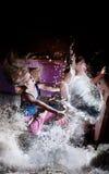 De Aziatische mens is zuigt in wasmachine Stock Afbeeldingen
