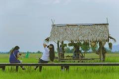 De Aziatische mensen ontspannen en nemen een fotografie op houten brug in Th royalty-vrije stock foto