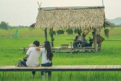 De Aziatische mensen ontspannen en nemen een fotografie op houten brug in Th royalty-vrije stock afbeeldingen