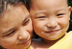 De Aziatische moeder en de zoon Stock Afbeeldingen