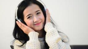 De Aziatische muziek van de de lijstliefde van de vrouwentiener stock footage