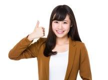 De Aziatische Onderneemster toont met omhoog duim Stock Fotografie
