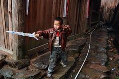 De Aziatische oude dorpsbewoner van de kindjongen ongeveer 5 jaar, in openlucht spelend Royalty-vrije Stock Foto's