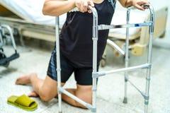De Aziatische patiënt die op middelbare leeftijd van de damevrouw in woonkamer vallen stock foto's