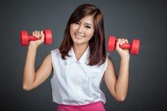 De Aziatische rode domoor van de meisjesgreep met beide hand Royalty-vrije Stock Afbeelding