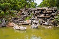 De Aziatische rotsachtige tuin van het vijverpark Royalty-vrije Stock Afbeelding
