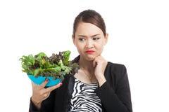 De Aziatische salade van de bedrijfsvrouwenhaat Stock Afbeeldingen