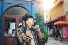 De Aziatische samen en gelukkige mensenrugzakken die nemen foto lopen Stock Foto's