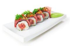 De Aziatische schotel van voedselsushi Op een witte achtergrond Stock Afbeeldingen