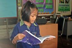 De Aziatische student leest stock foto's