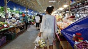 De Aziatische Thaise vrouwen en de mensen reizen en het winkelen product en voedsel van lokale winkel in Don Wai Floating Market stock footage