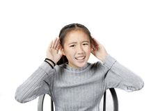 De Aziatische tiener heft hand tot hoorzitting geïsoleerde witte backgroun op stock afbeeldingen