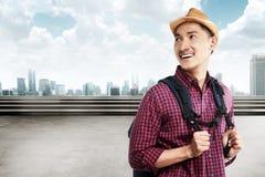 De Aziatische toerist draagt rugzak het glimlachen Royalty-vrije Stock Fotografie