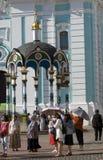 De Aziatische toeristen bezoeken Drievuldigheid Sergius Lavra in Rusland royalty-vrije stock afbeelding