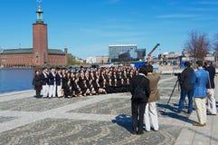 De Aziatische toeristen maken groepsfoto met het Stadhuis (Stadshuset) bij de achtergrond in Stockholm, Zweden Royalty-vrije Stock Foto's