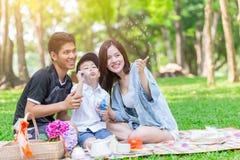 De Aziatische van de het spelpret van het familiegeluk achtergrond van het de vakantie samen openluchtpark stock fotografie