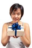 De Aziatische verpakte gift van het vrouwen korte haar greep Royalty-vrije Stock Foto