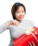 De Aziatische verpakte gift van het vrouwen korte haar greep Stock Fotografie