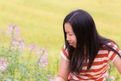 De Aziatische vrouw bekijkt bloem padieveld in Thailand Royalty-vrije Stock Foto