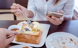 De Aziatische vrouw eet ijsriem en heerlijk brood Nadruk voor Royalty-vrije Stock Foto