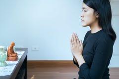 De Aziatische vrouw met dient het bidden positie in, betaalt het Wijfje eerbied of bracht uw handen in een gebedpositie samen royalty-vrije stock fotografie