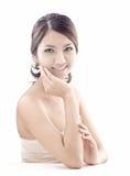 De Aziatische vrouw met skincare kijkt Stock Afbeelding