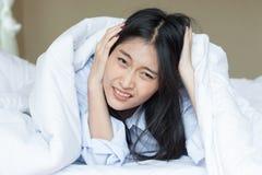 De Aziatische vrouw is niet gelukkig te ontwaken royalty-vrije stock foto