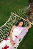 De Aziatische vrouw ontspant bij strand Royalty-vrije Stock Foto's
