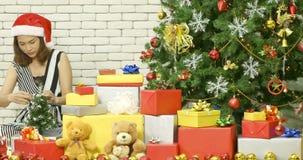 De Aziatische vrouw verfraaide kleine Kerstboom stock video