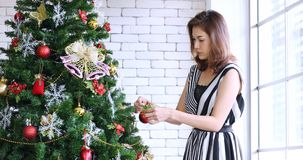 De Aziatische vrouw verfraaide reusachtige Kerstboom stock videobeelden