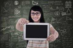 De Aziatische vrouwelijke student toont lege e-tablet in klasse Royalty-vrije Stock Fotografie