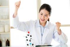 De Aziatische vrouwelijke wetenschapper succesvolle ontdekking berekent Chemisch product royalty-vrije stock foto