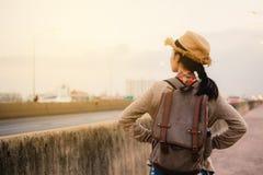 De Aziatische vrouwen backpacker ontspannen tijd op vakantie hipster levensstijl royalty-vrije stock afbeeldingen