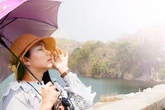 De Aziatische vrouwen dragen paraplu met zonlichtstralen royalty-vrije stock afbeelding