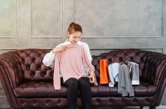 De Aziatische vrouwen proberen roze overhemden stock afbeeldingen