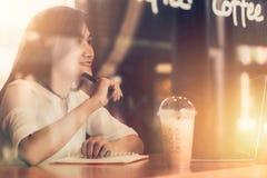 De Aziatische vrouwenglimlach geniet van woking en denkend project Royalty-vrije Stock Afbeelding