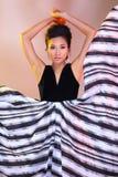 De Aziatische vrouwenmanier maakt omhoog Kapsels om hoge zwarte ev af te kondigen royalty-vrije stock afbeelding