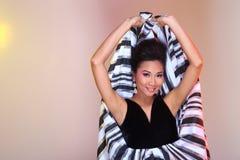 De Aziatische vrouwenmanier maakt omhoog Kapsels om hoge zwarte ev af te kondigen stock afbeeldingen