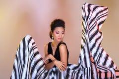 De Aziatische vrouwenmanier maakt omhoog Kapsels om hoge zwarte ev af te kondigen royalty-vrije stock foto's