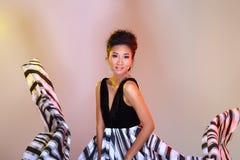 De Aziatische vrouwenmanier maakt omhoog Kapsels om hoge zwarte ev af te kondigen stock fotografie