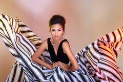 De Aziatische vrouwenmanier maakt omhoog Kapsels om hoge zwarte ev af te kondigen stock foto