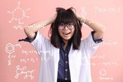 De Aziatische wetenschapper wordt gek royalty-vrije stock afbeelding