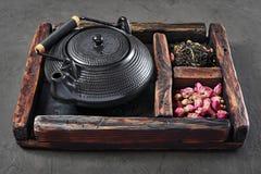 De Aziatische zwarte traditionele theepot met droge thee en nam in uitstekende houten doos toe Royalty-vrije Stock Afbeelding