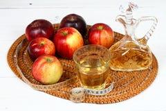 De azijn en de appelen van Apple stock afbeeldingen