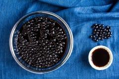 De azijn marineerde zwarte bonen Stock Foto's
