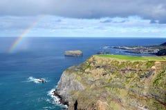 De Azoren, Sao Miguel, Mosteiros, de westelijke kust van het eiland in de overzeese klippen, regenboog Stock Afbeeldingen